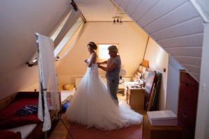 bruid, aankleden, moeder, trouwjurk