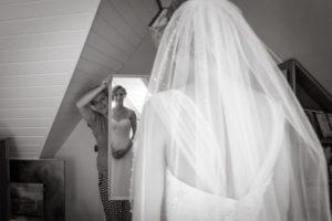 bruid, moeder, spiegel, opmaken, voorbereiding