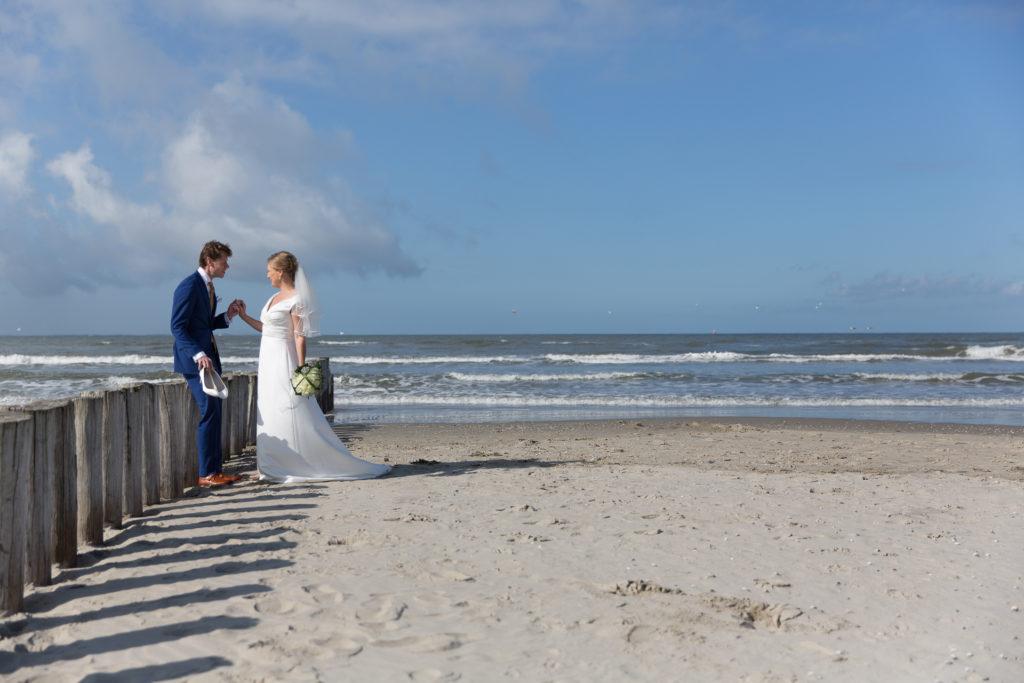 bruidspaar aan het strand