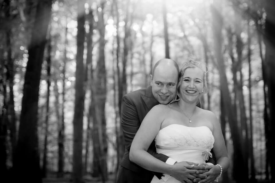 bruidspaar in bos bij apeldoorn
