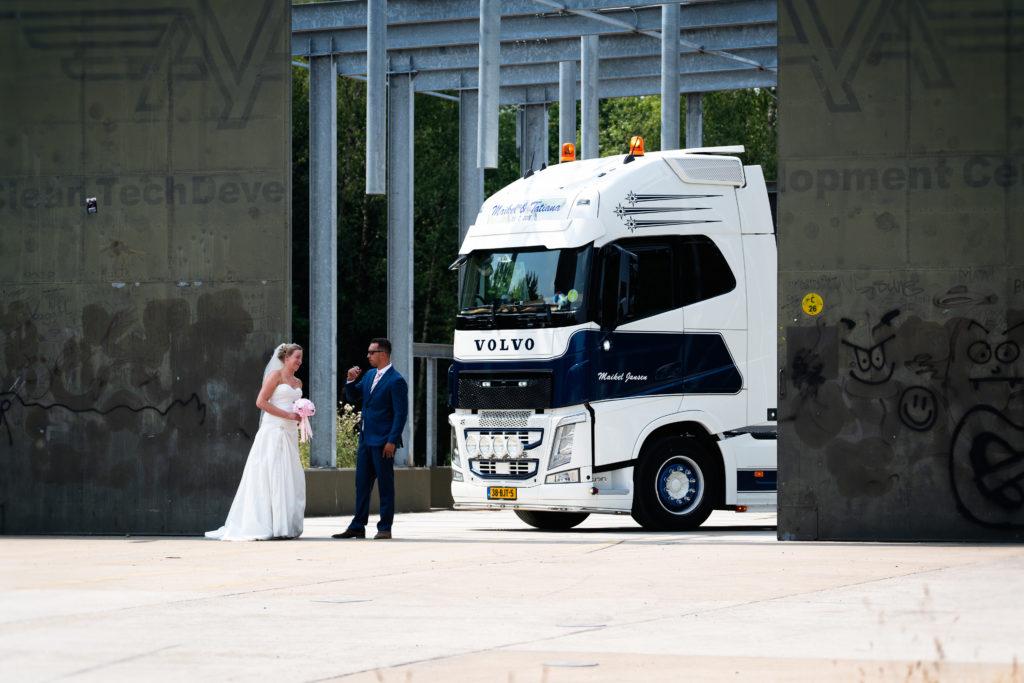 bruidspaar bij vliegveld twente